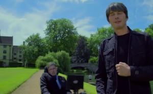 """סטיבן הוקינג ובריאן קוקס ב""""שיר הגלקסיה"""" (צילום מסך: יוטיוב)"""