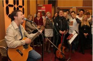 ערן צור בהופעה באולפן רדיו 88 (צילום: קובי מנורה)
